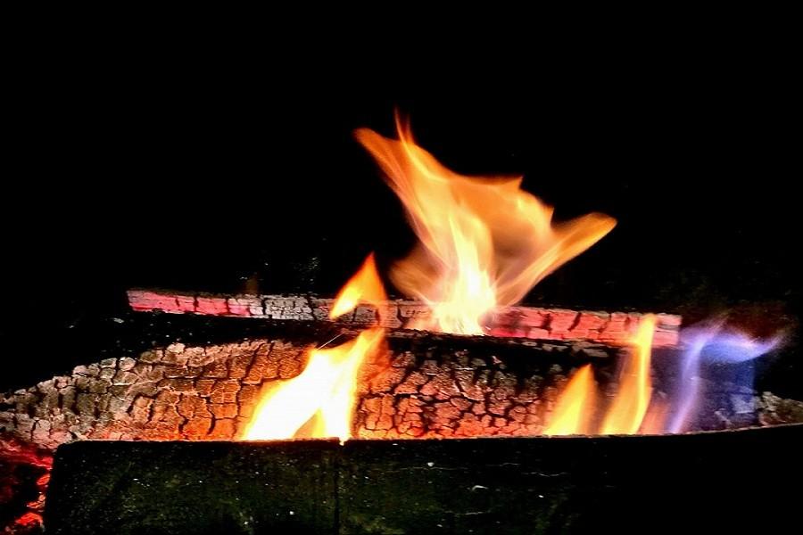 """Край огъня на камината в ресторант """"Под липите"""" традициите оживяват и ни връщат все там ..."""